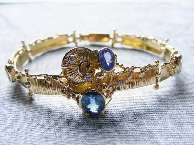 Gregory Pyra Piro One of a Kind Handmade Bracelet in 18 Karat Gold with Tanzanite and Blue Sapphire