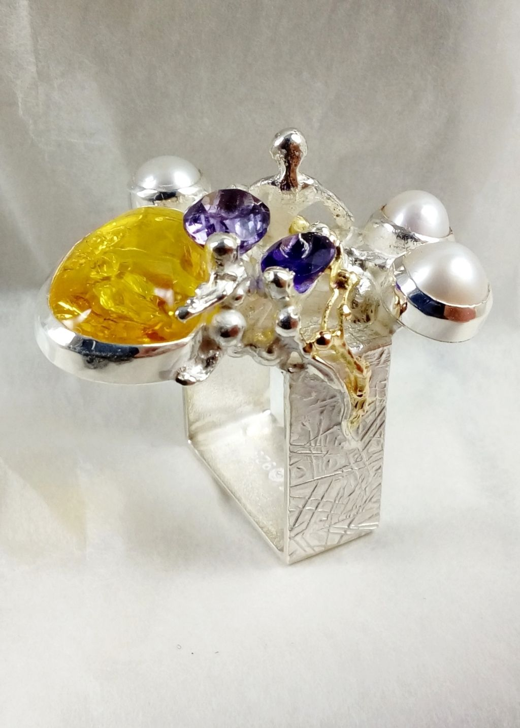 gregory pyra piro square ring #5631, sculptural jewellery, sculptural ring, sterling silver and 14k gold artisan jewellery, ring with two amethysts and pearl, jewellery with amber and amethysts, sterling silver and 14 karat gold ring